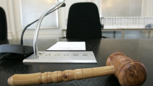 Gerichtssaal und Hammer