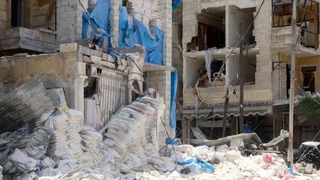 Blick von aussen auf das fast ganz zerstörte Spital.