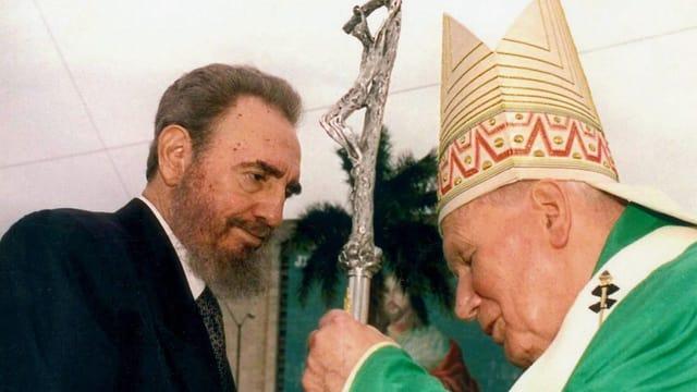 Fidel Castro (links) und Papst Jiohannes Paul II. (rechts) im Jahr 1998