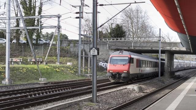 Bhanhof in der Schweiz mit Blick auf herannahenden Zug.