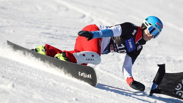 Patrizia Kummer greift in den Schnee.