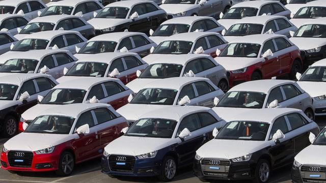 Autos da la marca Audi sin in parcadi.
