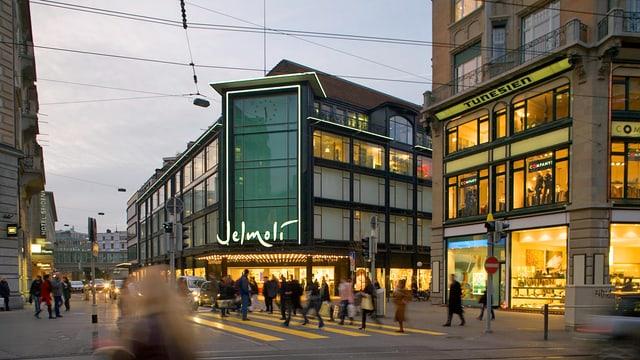 Kunden vor Warenhaus Jelmoli