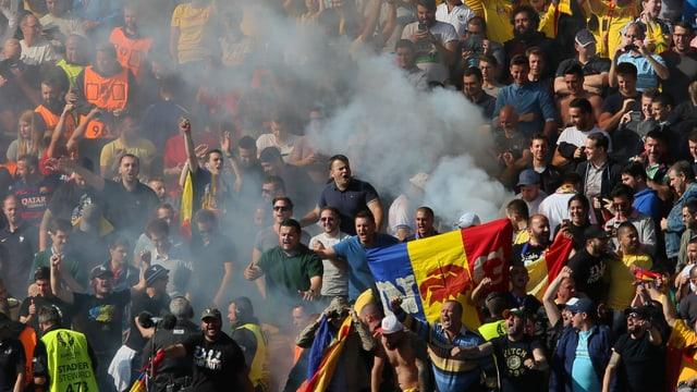 Rauch in Rumäniens Fansektor im Spiel gegen die Schweiz.