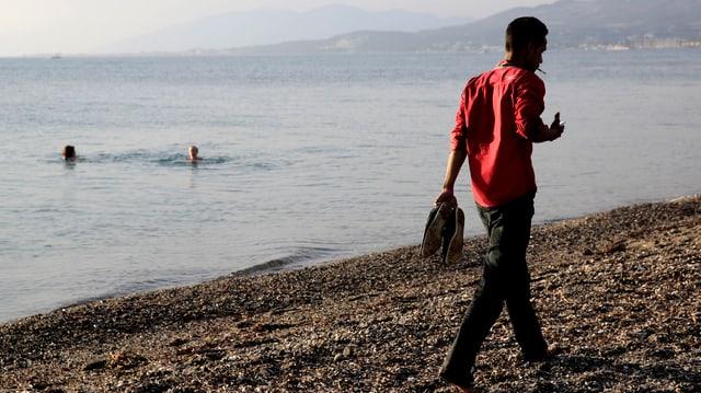 Migrant aus Pakistan an der Küste von Kos.