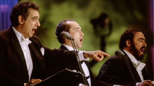 Drei Opernsänger nebeneinander auf der Bühne