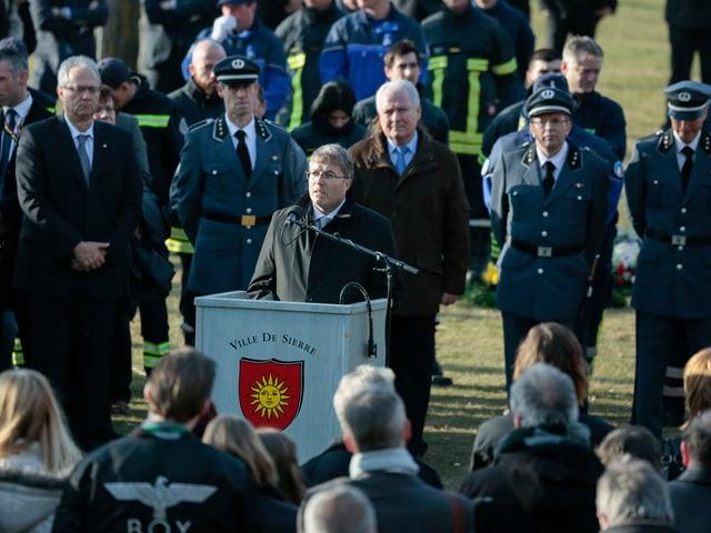 Der Walliser Regierungspräsident Jean-Michel Cina spricht zu den Angehörigen der Opfer.