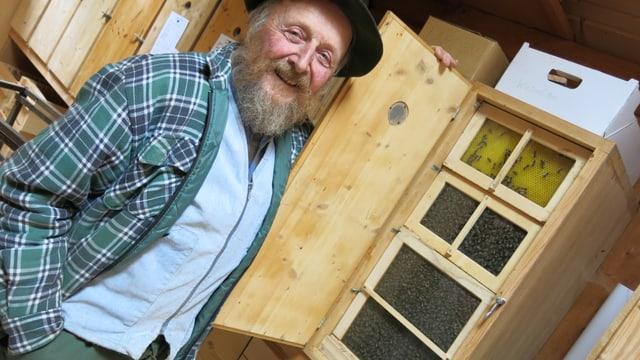 Ein Mann und Bienenwaben.