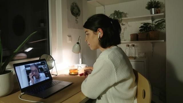 ... die, wie Tiziana (28), von zu Hause aus per Videokonferenz zugeschaltet sind.