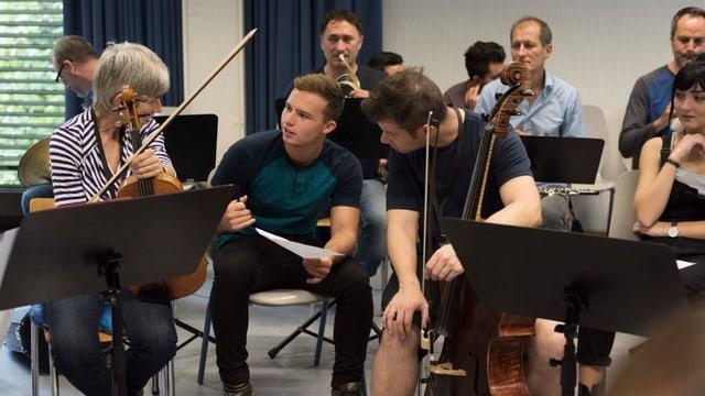 Ein Schüler sitzt mitten im Kammerorchester, das gerade im Schulhaus probt.