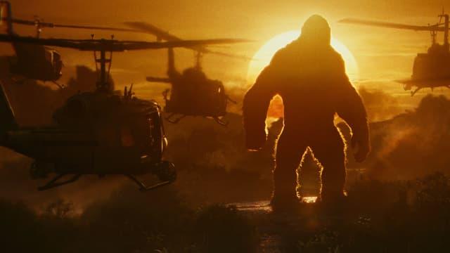 Hubschrauber greifen den Riesengorilla Kong an.