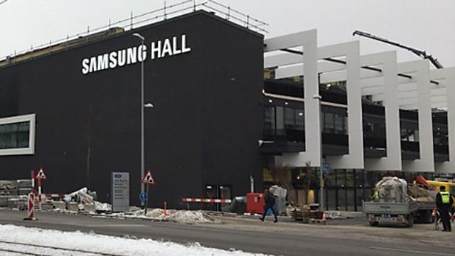 Die neue Halle im Januar - noch mit Bauabschrankungen und Baustellenfahrzeugen davor.