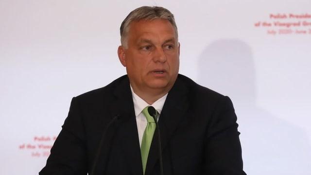 Viktor Orban an einem Rednerpult.