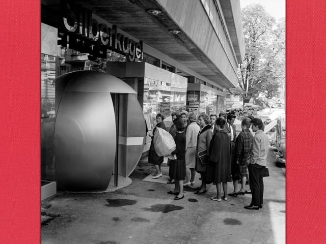 eine schwarz-weiss Aufnahme von Menschen, die vor dem Restaurant Silberkugel anstehen