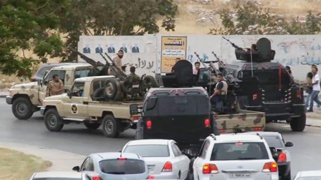 Mitglieder der selbsternannten libyschen Nationalarmee mit Autos und Waffen