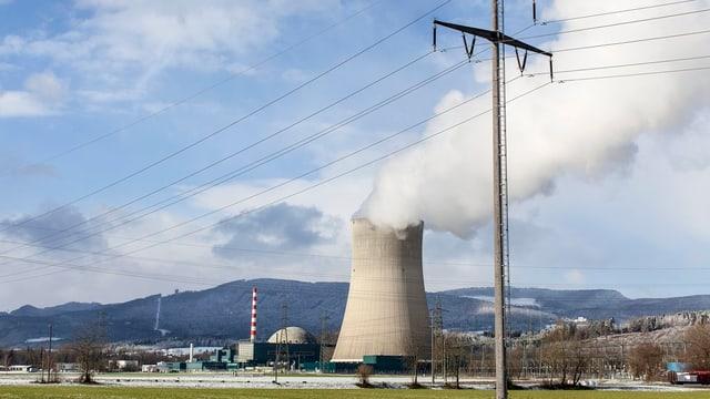 Das Kernkraftwerk Gösgen mit einer Stromleitung im Vordergrund.