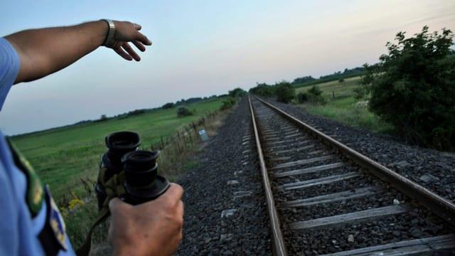 Ein Polizist an der Grenze zwischen Serbien und Ungarn.