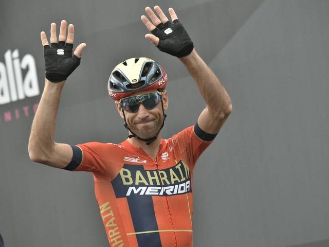 Vincenzo Nibali jubelt und lächelt.