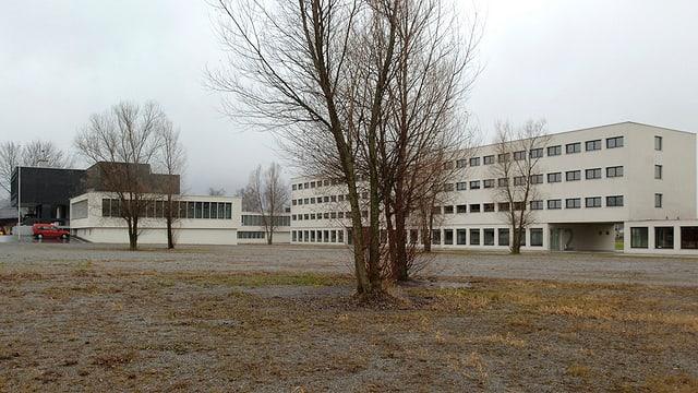 Auf dem Bild ist die Strafanstalt Saxerriet zu sehen: Ein grosses, blockartiges Gebäude.