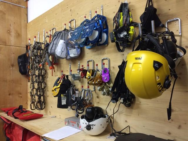 Fein säuberlich ist die Ausrüstung der Rettungsmannschaft an der Wand aufgehängt und parat.
