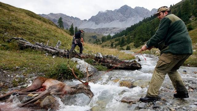 Jäger mit erlegtem Hirsch