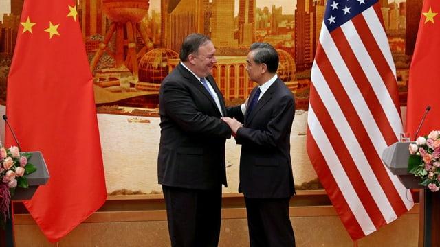 Mike Pompeo und Wang Yi reichen sich die Hand