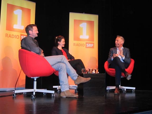 Dani Fohrler auf der Bühne mit seinen Gästen Sylvan Müller und Regula Mühlemann.