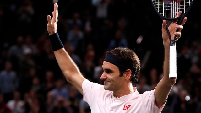 Roger Federer suenter sia victoria a Paris-Bercy.