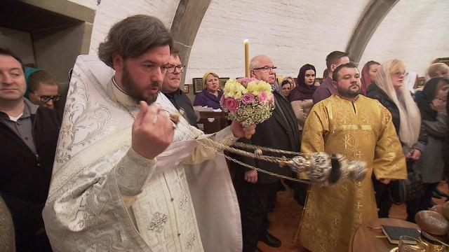 Russisch-orthodoxe Weihnacht in Bern: Priester Ioan Ciurin inmitten der Gläubigen