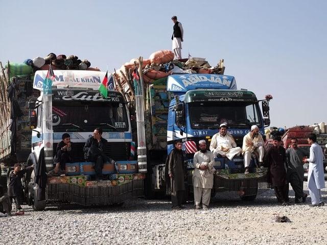Flüchtlinge auf Lastwagen