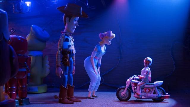 Ein animierter Mann und eine animierte Frau blicken hinunter auf jemanden auf einem Motorrad.