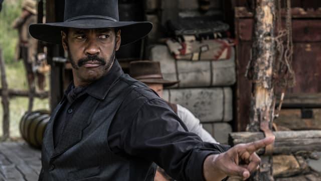 Chisolm (Denzel Washington) schaut finster zur Seite.