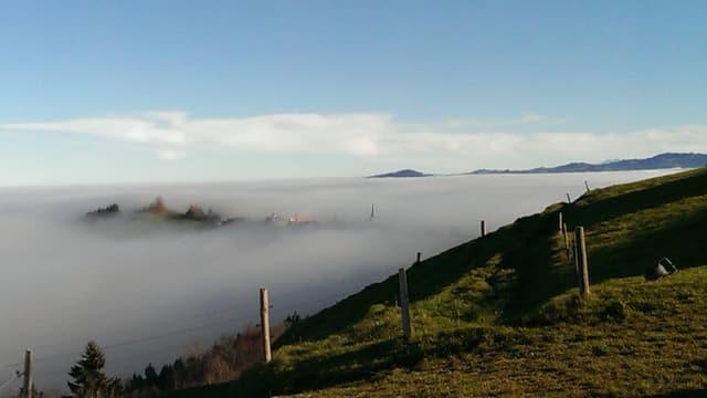 Am Samstag schaute in Schwellbrunn nur der Kirchturm aus dem Nebel.