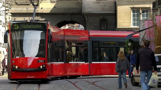 Ein Tram fährt durch die historische Altstadt von Bern.