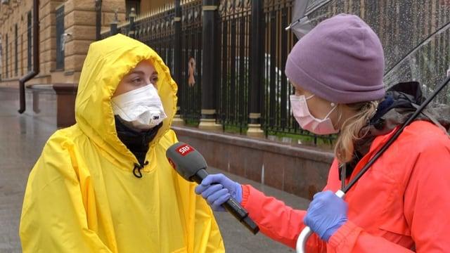 Russische Journalistin im Interview mit SRF auf Strasse.