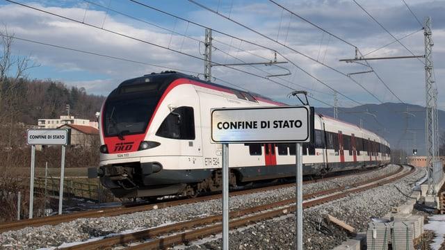 Il tren da la TILO traversa il cunfin tranter la Svizra e l'Italia.