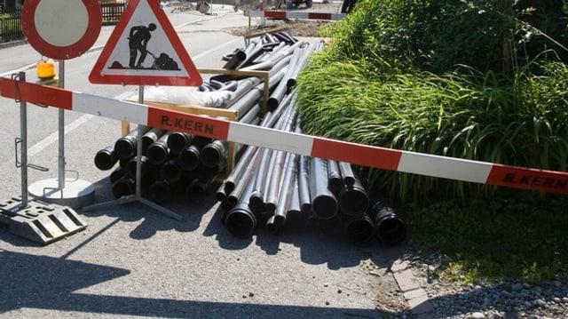 Verkehrstafel: Achtung Baugrube.