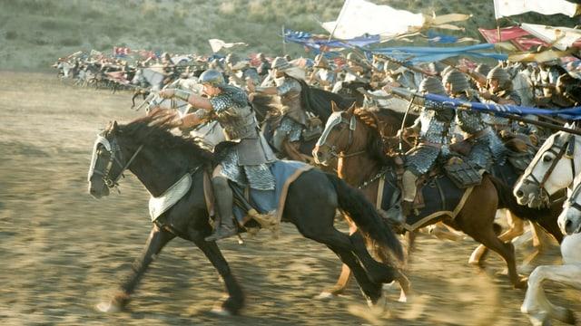 Eine Schlacht ist zu sehen: Krieger auf Pferden stürmen auf ihre Gegner zu.
