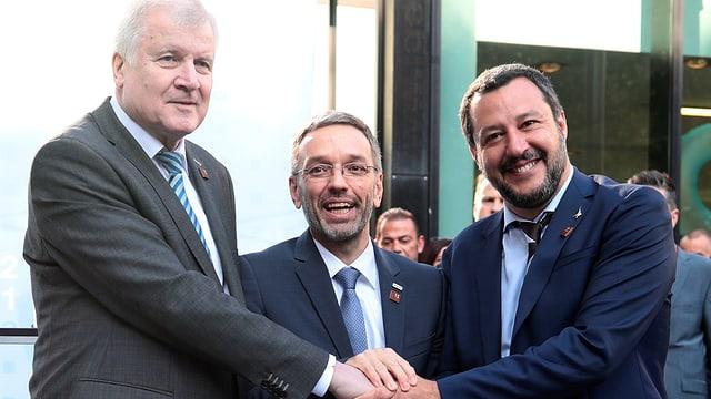 Seehofer, Kickl; Salvini geben sich die Hände.