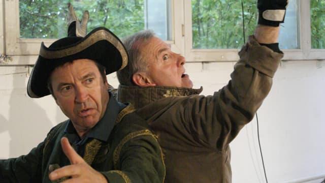 Zwei Schauspieler in Pose.