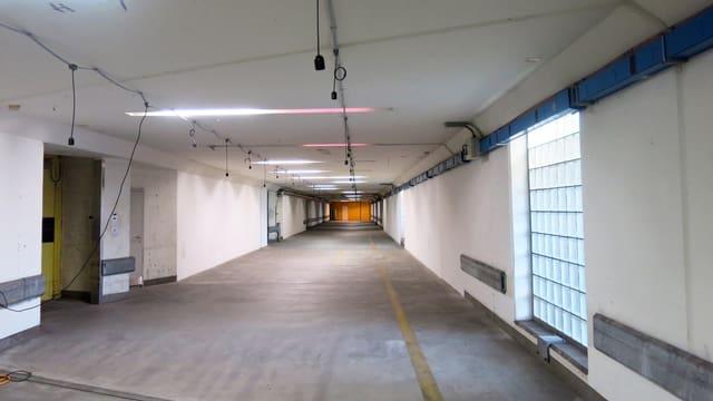 Ein Tunnel, weisse Wände und grauer Boden.