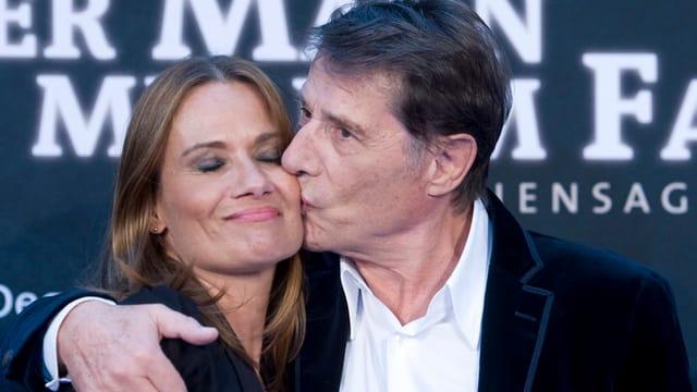 Udo Jürgens küsst seine Tochter auf die Wange