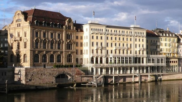 Das Hotel Drei Könige vor dem Rhein.