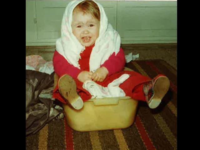Christina Lang als Baby im Waschbecken.
