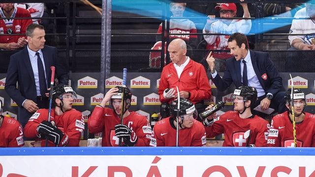 Patrick Fischer dirigiert seine Spieler.