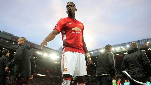 Paul Pogba von Manchester United steht im Stadion