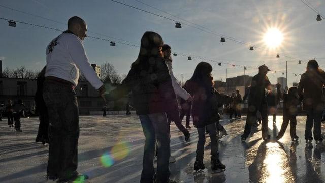 Schlittschuhfahrende auf dem Eis