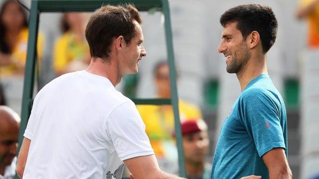 Andy Murray und Novak Djokovic begegnen sich am Netz.