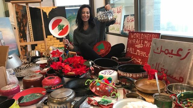 Künstlerin Hayat Nazer in ihrem Atelier in Beirut. Sie hat Libanesinnen und Libanesen aufgefordert, alte Pfannen mit ihrem Namen, Wohnort und ihren Wünschen für Libanon zu  bemalen. Daraus will sie einen Weihnachtsbaum bauen, der ein Zeichen für Einigkeit und Frieden setzt.