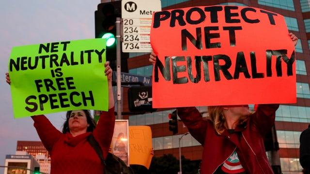 Zwei Frauen demonstrieren für Netzneutralität.